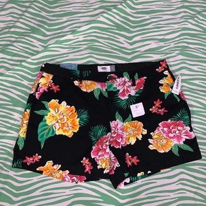 Old Navy floral shorts w/ black background NWT 10